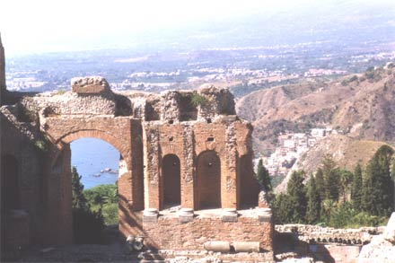 Taormina: Antike Bauwerke - Griechisches Theater (Teatro Greco) in Taormina auf Sizilien